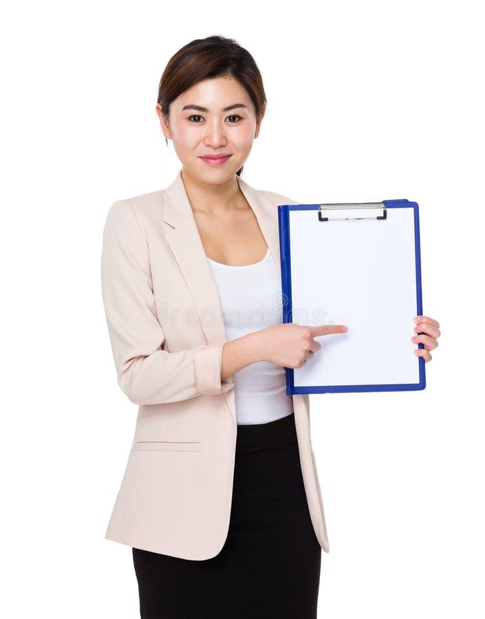 Het Aziatische Jonge punt van de onderneemstervinger aan klembord met wit p royalty-vrije stock fotografie