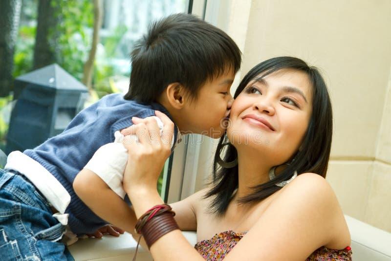 Het Aziatische jongen en moeder kussen royalty-vrije stock fotografie