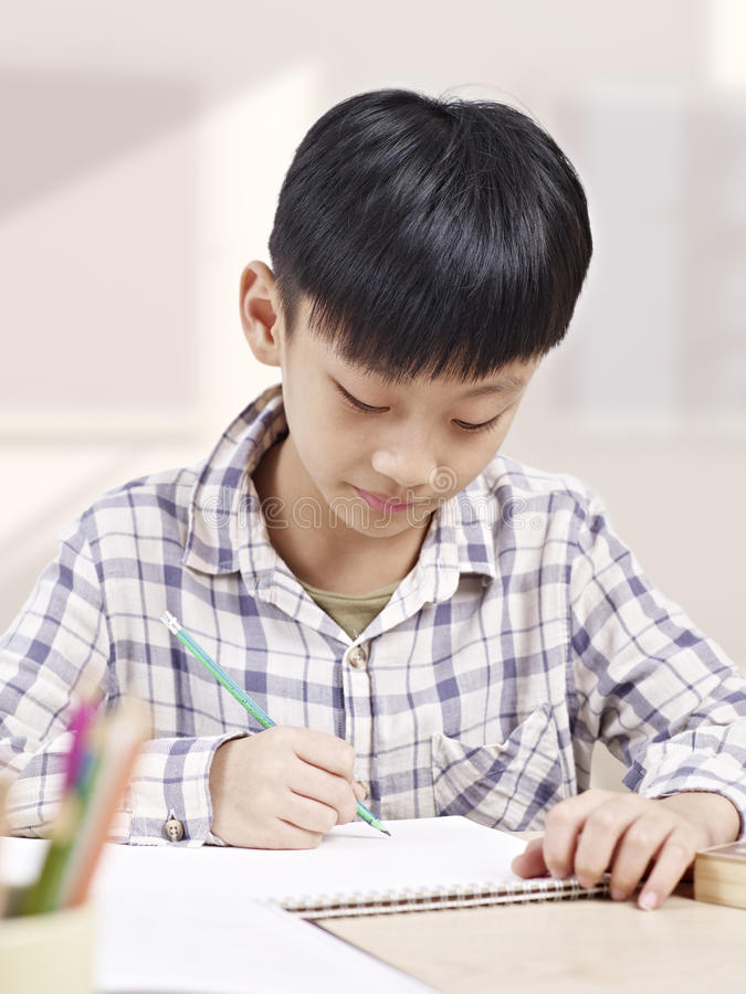 Het Aziatische kind bestuderen stock foto's