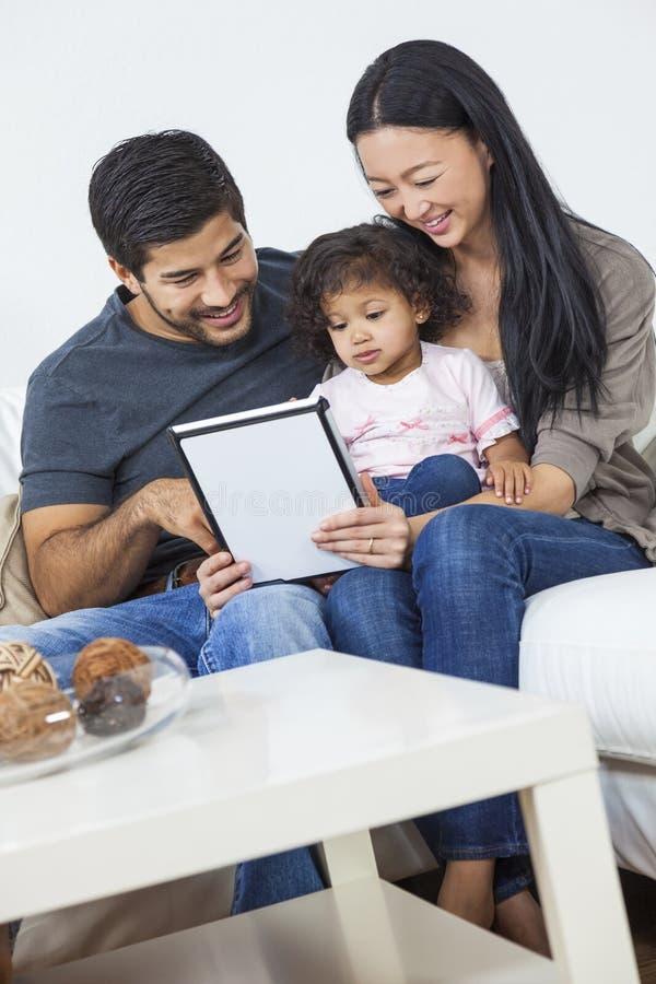 Het Aziatische Kind die van de Paarfamilie Tabletcomputer met behulp van royalty-vrije stock afbeeldingen