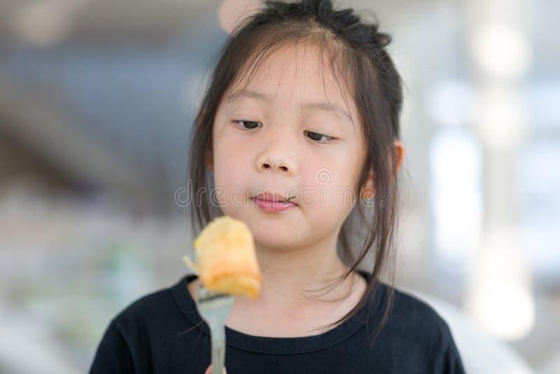 Het Aziatische Kind geniet van etend Voedsel, Fried Spring Roll royalty-vrije stock afbeeldingen