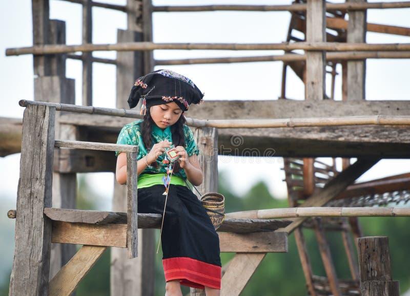 Het Aziatische kindmeisje Breien royalty-vrije stock afbeelding