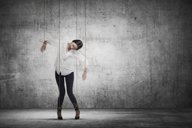 Het Aziatische koord van bedrijfsvrouwenhazen in bijlage op haar lichaam zoals Mario royalty-vrije stock fotografie