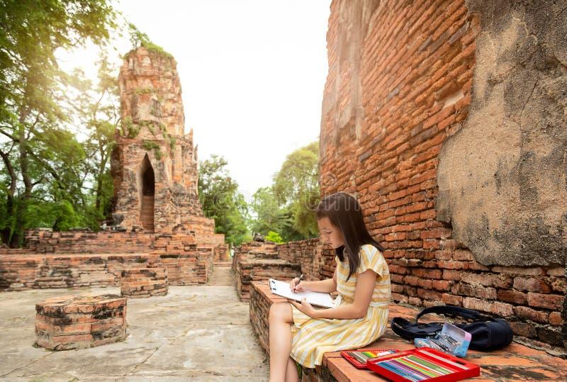 Het Aziatische leuke meisje is studie en tekening bij archeologische plaats, gebied royalty-vrije stock foto's