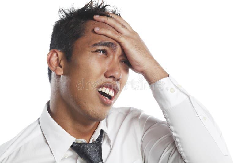 Het Aziatische Maleise fronsen met hoofdpijn in pijn stock afbeeldingen