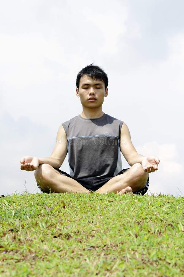 Het Aziatische mediteren van de Mens royalty-vrije stock fotografie