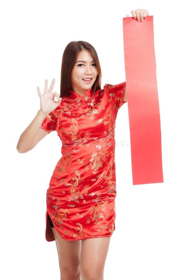 Het Aziatische meisje in Chinese cheongsamkleding toont o.k. met rood leeg Si royalty-vrije stock afbeelding