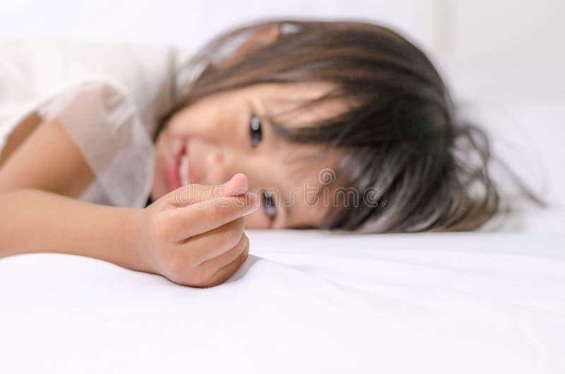 Het Aziatische meisje die van de kindpeuter minihart maken door haar hand ondertekenen stock foto