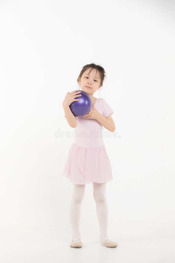 Het Aziatische meisje in roze kleding houdt bal royalty-vrije stock foto's
