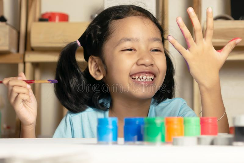 Het Aziatische meisje schildert kleur op vinger royalty-vrije stock afbeelding