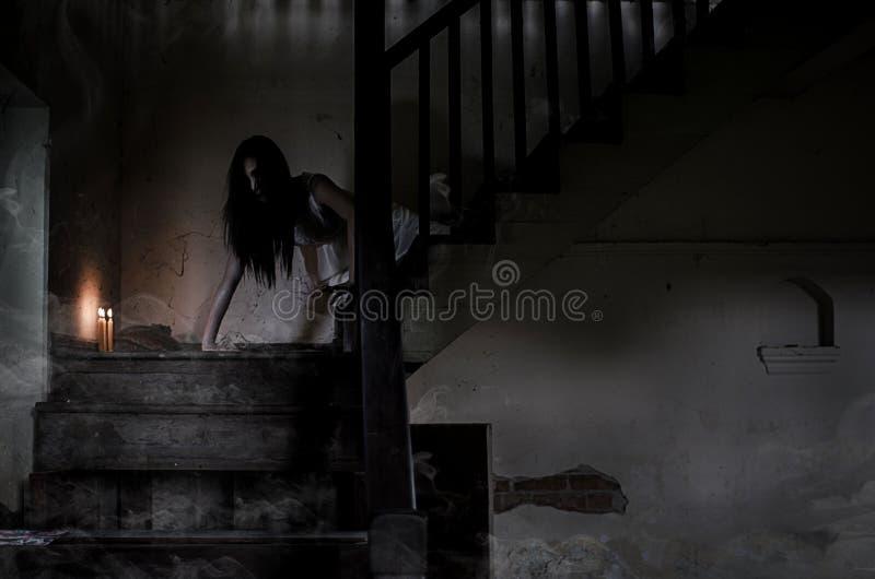Het Aziatische meisje van het Spookverhaal in spookhuis royalty-vrije stock afbeeldingen
