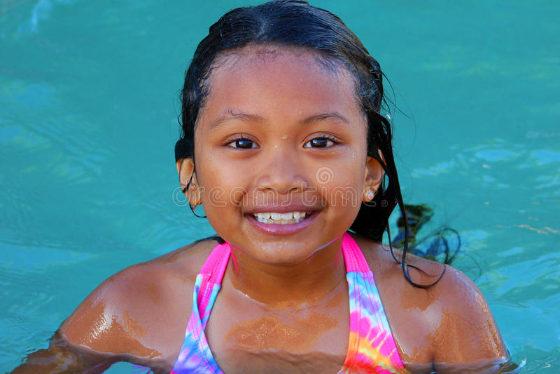 Het Aziatische meisje zwemmen royalty-vrije stock fotografie