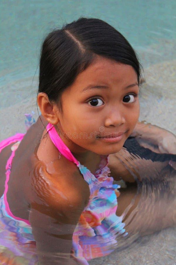 Het Aziatische meisje zwemmen royalty-vrije stock afbeeldingen