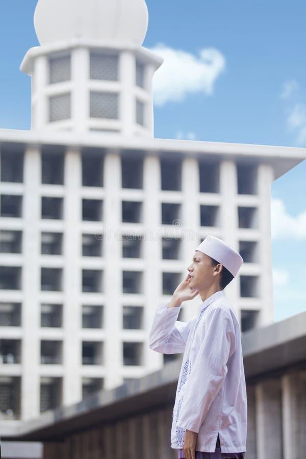 Het Aziatische mens doen azan in de moskee royalty-vrije stock foto