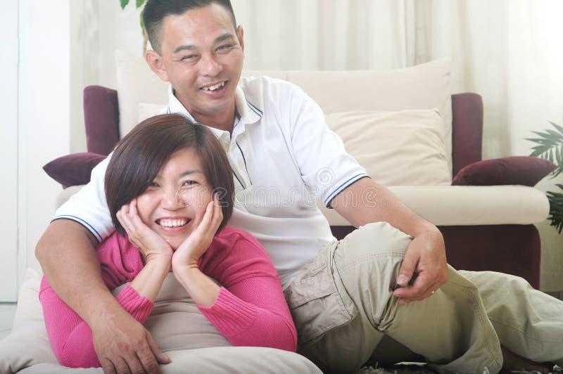 Het Aziatische Middenleeftijdspaar glimlachen royalty-vrije stock afbeelding