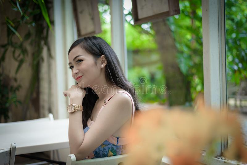 Het Aziatische mooie meisje heeft het ontspannen met gelukkig en het glimlachen bij Weinig koffie van de Boomtuin, de provincie v royalty-vrije stock foto's