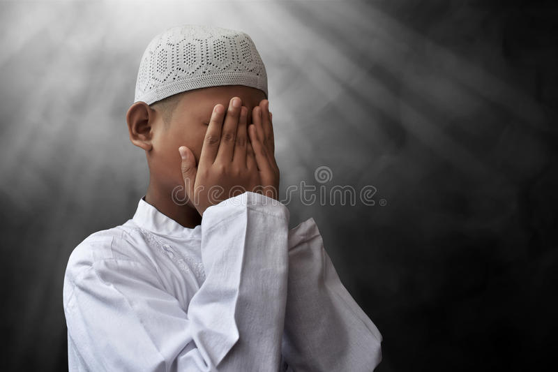 Het Aziatische moslimjong geitje bidden royalty-vrije stock afbeelding