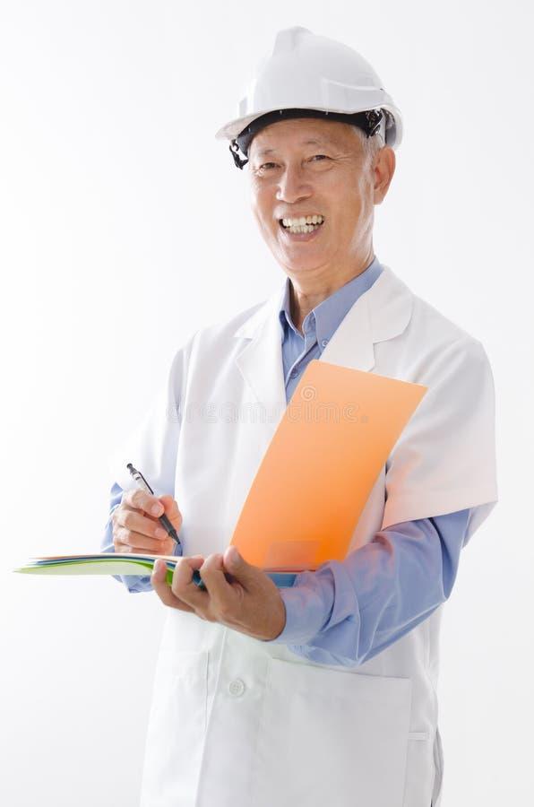 Het Aziatische oude ingenieur schrijven royalty-vrije stock foto