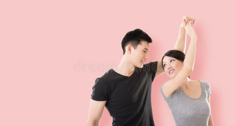 Het Aziatische paar dansen stock afbeelding