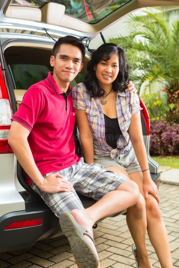 Het Aziatische Paar Is Gelukkig Vooraan De Auto Royalty-vrije Stock Foto's
