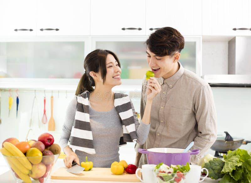 Het Aziatische paar koken in de keuken royalty-vrije stock foto's