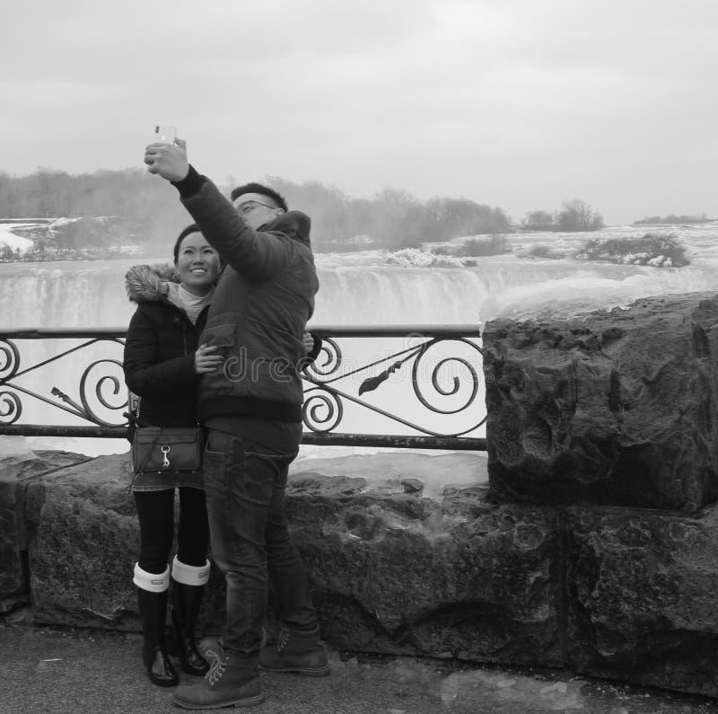 Het Aziatische paar Nigara valt zwart-wit selfie stock fotografie