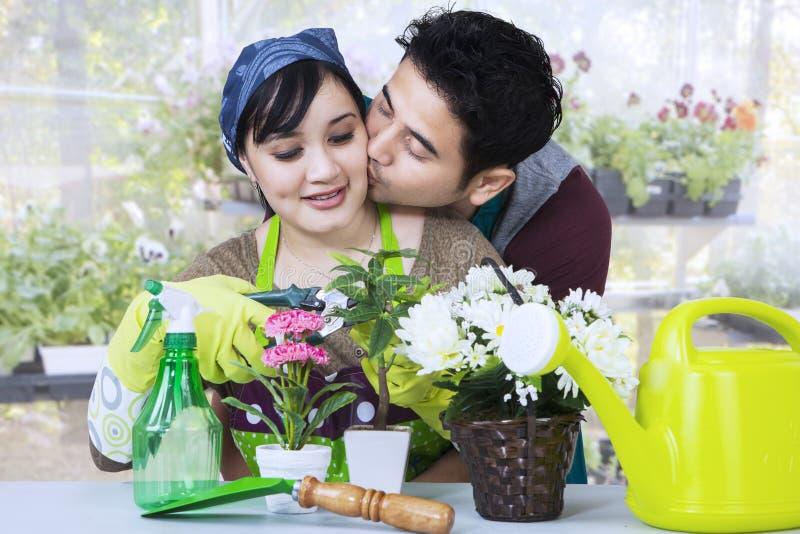 Het Aziatische paar tuinieren stock foto's