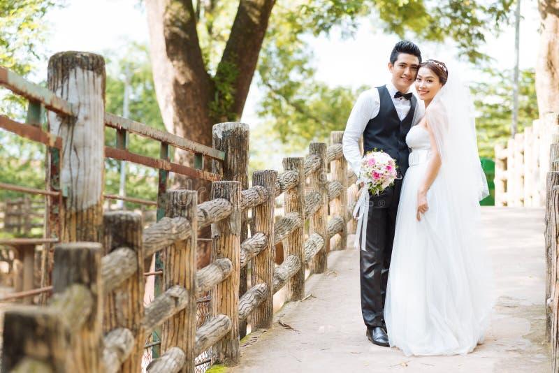 Het Aziatische paar van het Huwelijk royalty-vrije stock afbeelding