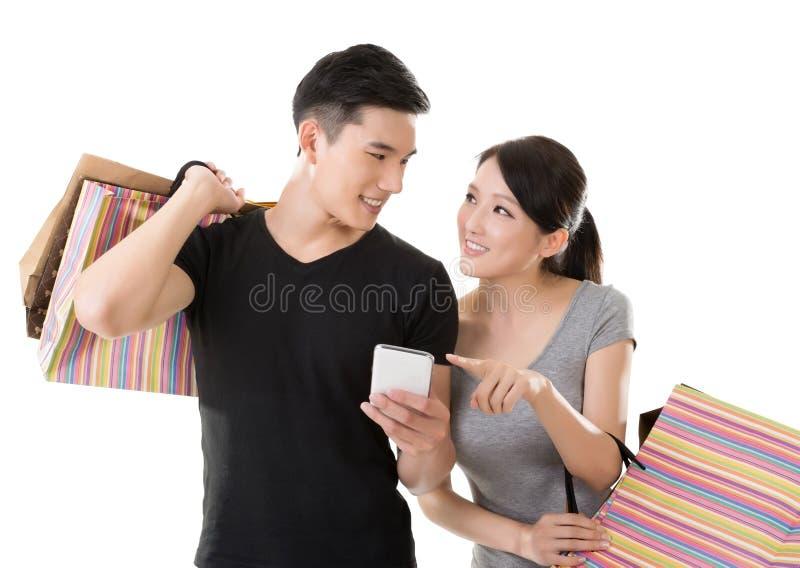 Het Aziatische paar winkelen royalty-vrije stock afbeeldingen