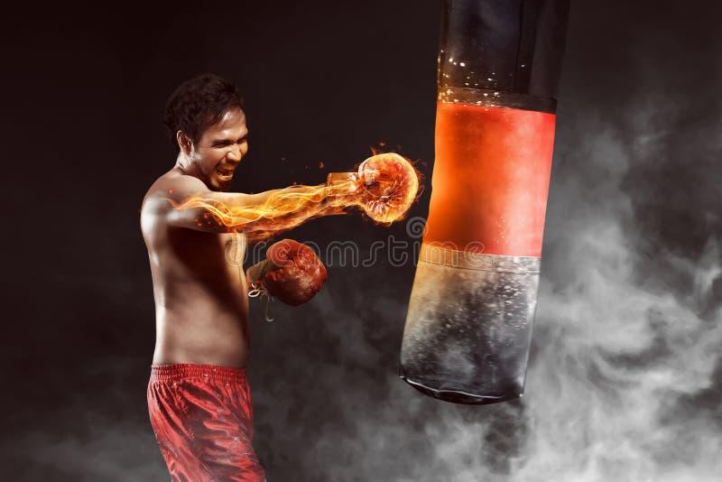 Het Aziatische ponsen van de atletenbokser een ponsenzak stock fotografie