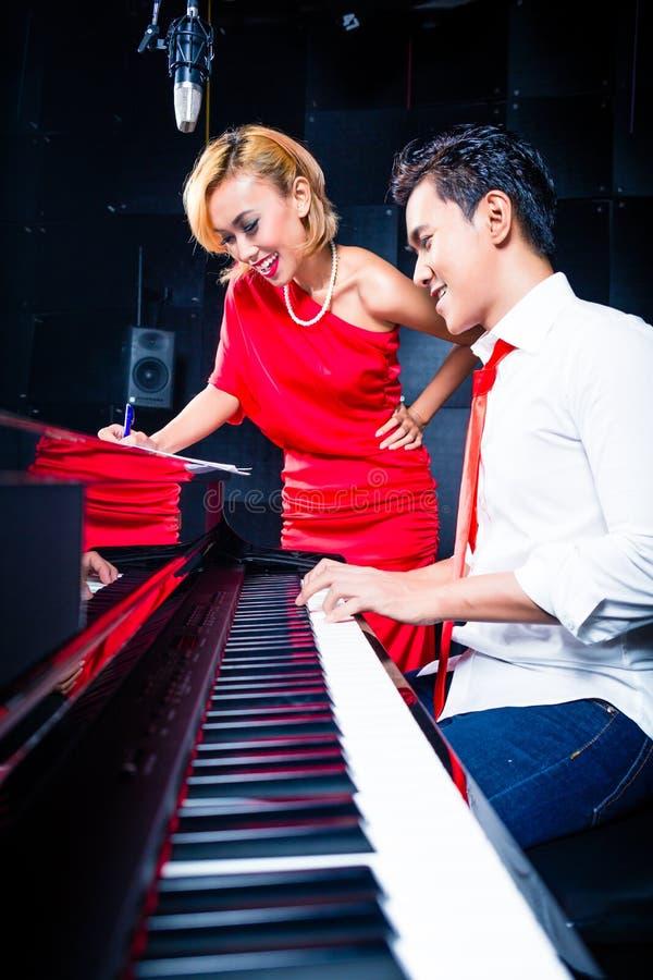 Het Aziatische professionele lied van de musicusopname in studio royalty-vrije stock foto