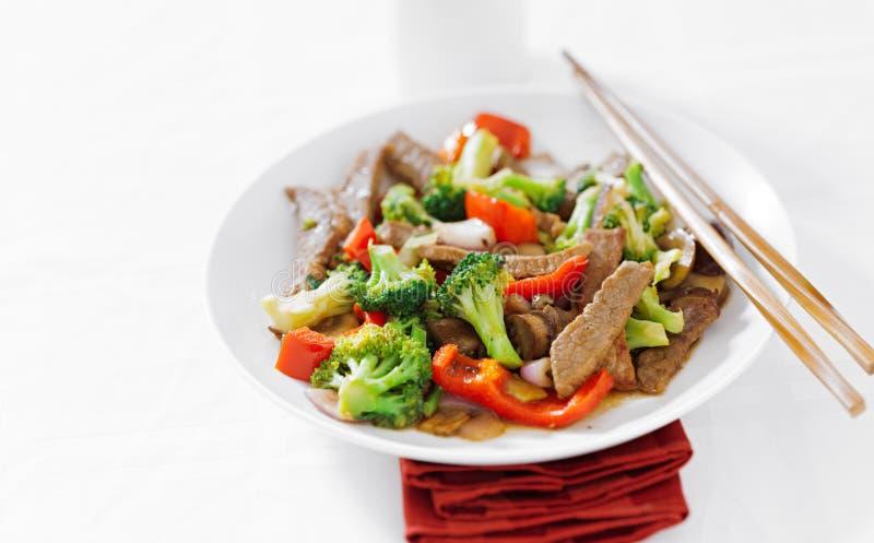 Het Aziatische rundvlees beweegt gebraden gerecht met exemplaar ruimtesamenstelling royalty-vrije stock afbeeldingen