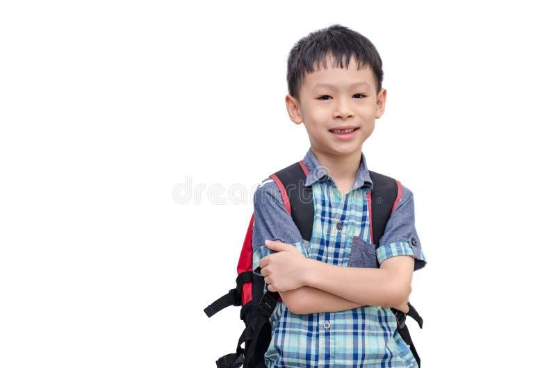 Het Aziatische schooljongen glimlachen geïsoleerd op witte achtergrond stock afbeeldingen