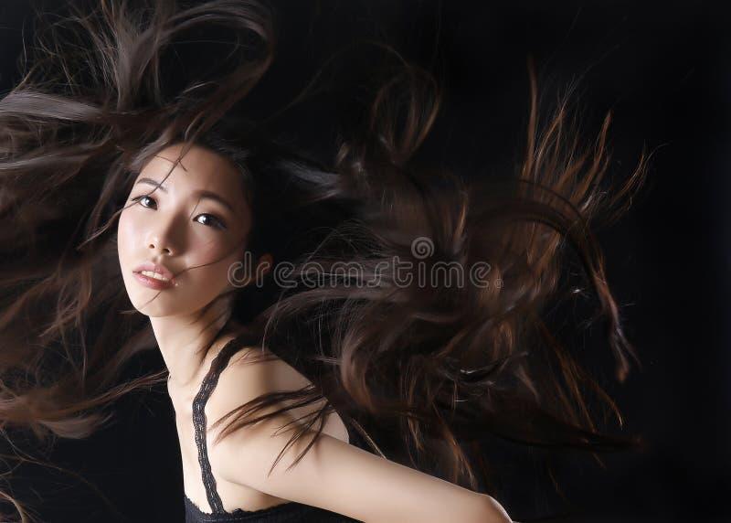 Het Aziatische schoonheidsmodel toont mooi haar stock foto