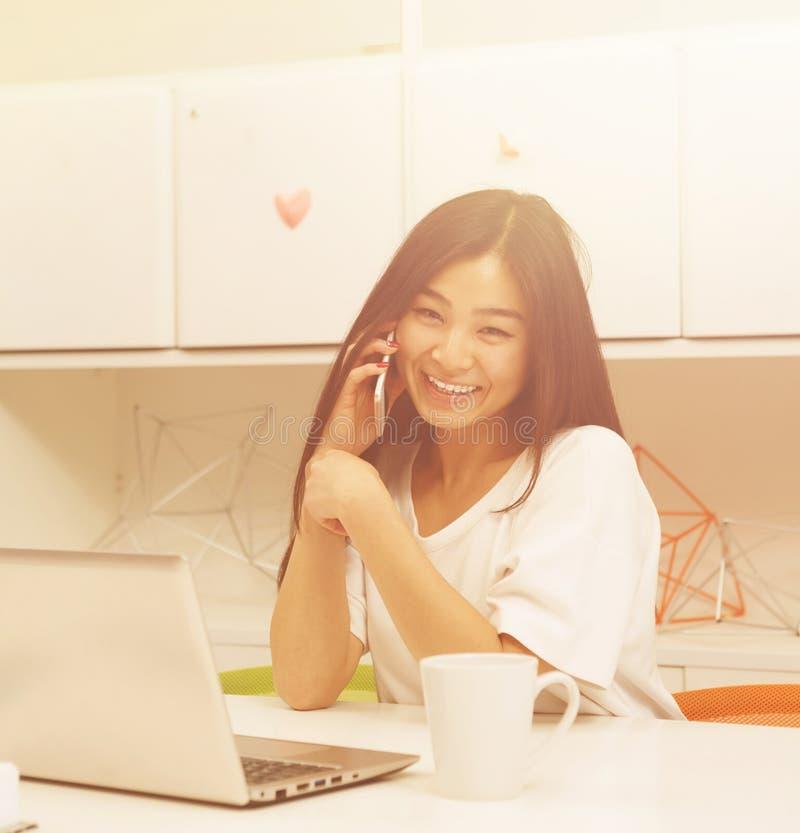 Het Aziatische student communiceren royalty-vrije stock afbeeldingen