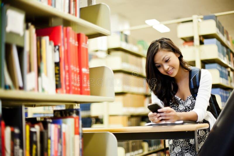 Het Aziatische student texting royalty-vrije stock foto's