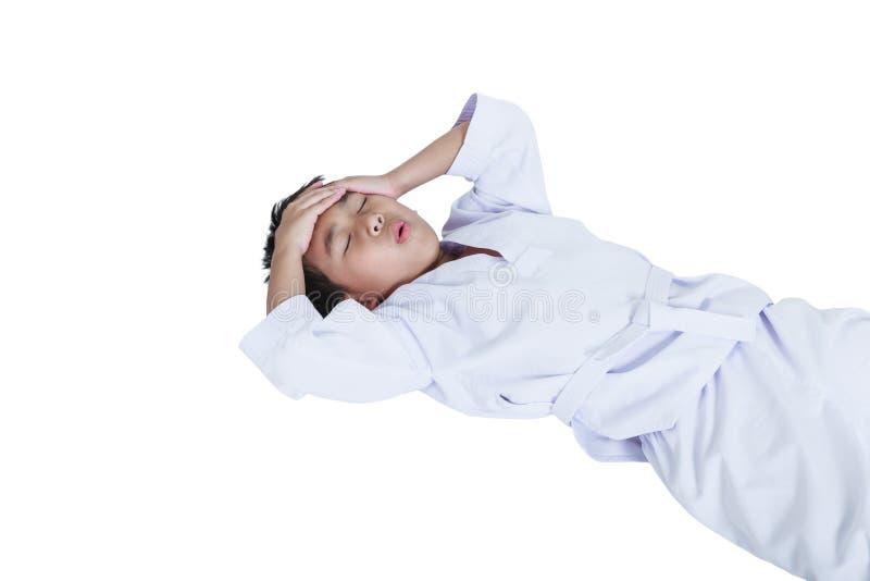 Het Aziatische taekwondo van kindatleten kwetste het voorhoofd Geïsoleerd op wh royalty-vrije stock foto