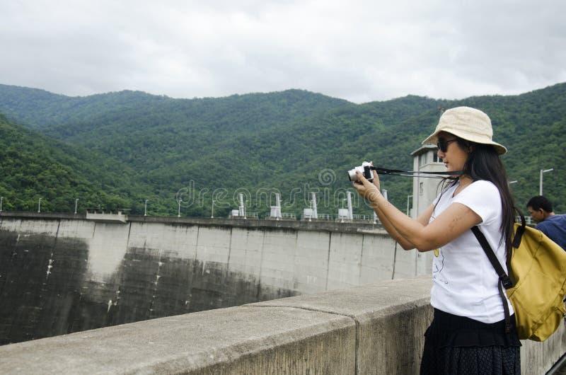 Het Aziatische Thaise bezoek van de vrouwenreiziger bij Bhumibol-Dam in Tak, Thailand stock afbeeldingen