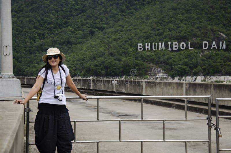 Het Aziatische Thaise bezoek van de vrouwenreiziger bij Bhumibol-Dam in Tak, Thailand stock foto