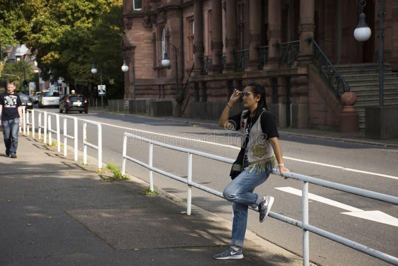 Het Aziatische Thaise vrouwenreiziger stellen voor neemt foto bij naast weg stock foto