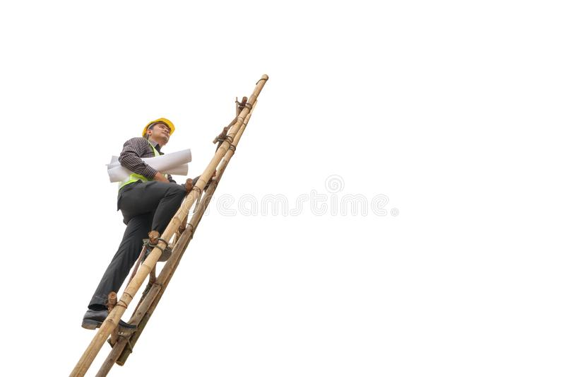 Het Aziatische van de de ingenieursgreep van de bedrijfsdiemensenbouw de blauwdrukdocument beklimt op ladder op wit wordt geïsole royalty-vrije stock foto