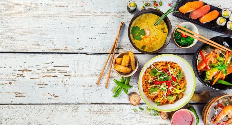 Het Aziatische voedsel diende op houten lijst, hoogste mening, ruimte voor tekst royalty-vrije stock foto's