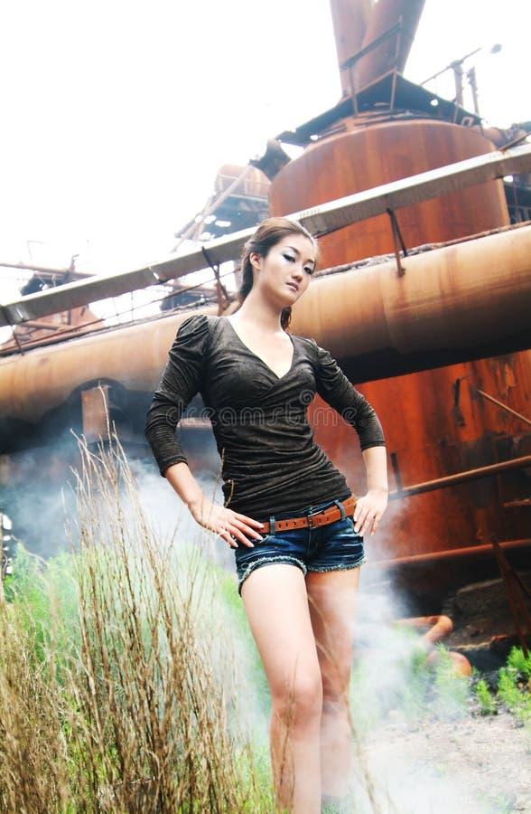 Het Aziatische vrouw industriële plaatsen stock afbeeldingen