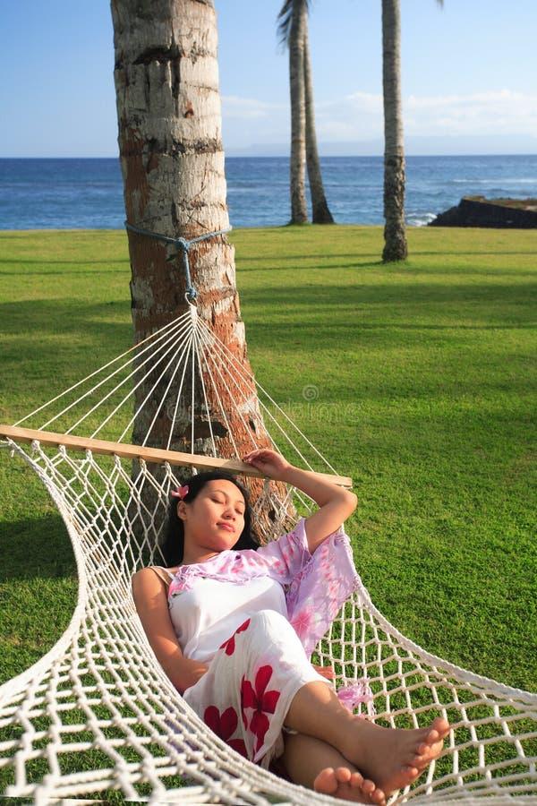 Het Aziatische vrouw ontspannen bij strand stock fotografie