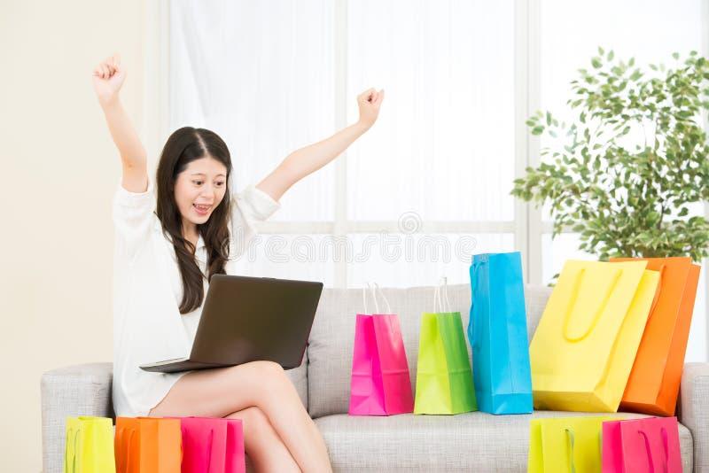 Het Aziatische vrouw succesvolle gedaane online winkelen met computer royalty-vrije stock afbeelding