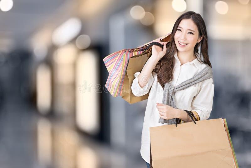 Het Aziatische vrouw winkelen stock foto's