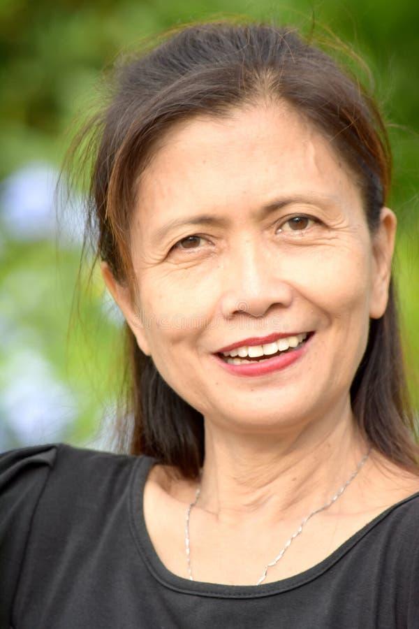 Het Aziatische Vrouwelijke Hogere Glimlachen royalty-vrije stock afbeelding