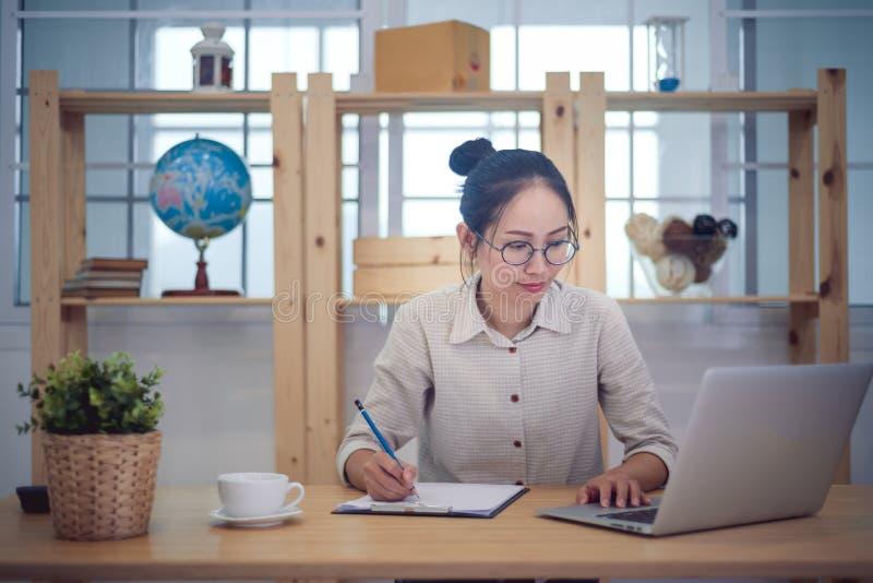 Het Aziatische vrouwen bedrijfseigenaarwerk thuis stock fotografie