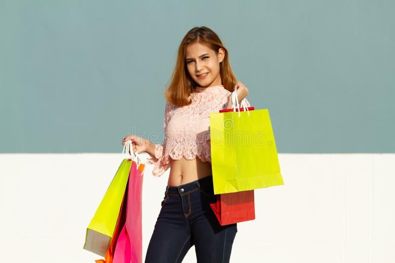 Het Aziatische vrouwen Mooie meisje houdt het winkelen zakken en het glimlachen stock afbeeldingen