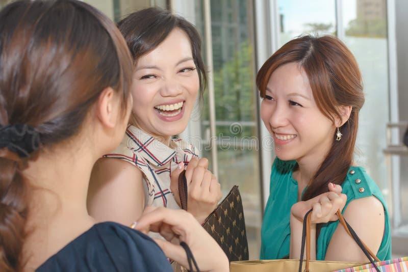 Het Aziatische vrouwen winkelen stock foto's
